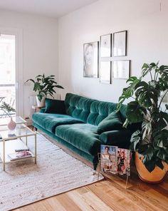 Samt ist der große Interior Trend des Jahres! #wohnzimmerIdeen Shoppe coole Samtpieces wie dieses Sofa, indem du direkt auf den Pin klickst (Affiliate Link)