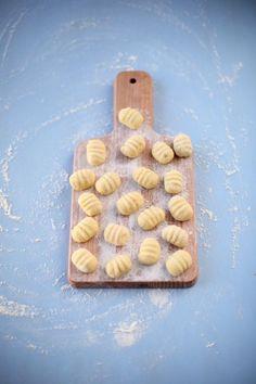 Je vous présente la recette des gnocchis en images avec le façonnage en vidéo. Cuisson, congélation, conservation, vous saurez tout.