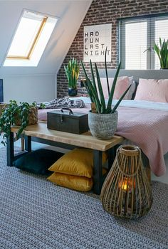 Behang met een bakstenen print zorgt voor extra gezelligheid en sfeer in de ruim… Wallpaper with a brick print provides extra cosiness and atmosphere in the space Brick printed wallpaper creates a cozy room with a nice atmosphere Home Bedroom, Bedroom Decor, Bedroom Furniture, Furniture Sets, Serene Bedroom, Bedroom Plants, Master Bedroom, Bedrooms, Loft Stil