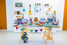 Quer fazer a festa do seu filho com um tema diferente? Que tal a Festa Música? Um tema super fofo e criativo. Decoração Santa Dica Festas. Lindas ideias e muita inspira&cce...