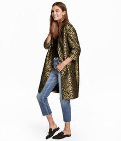 Leopardenmuster. CONSCIOUS. Mantel aus Jacquardstoff mit leichtem Glanz. Modell mit Kragen, Revers und verdecktem Druckknopf vorn. 3/4-lange Ärmel und