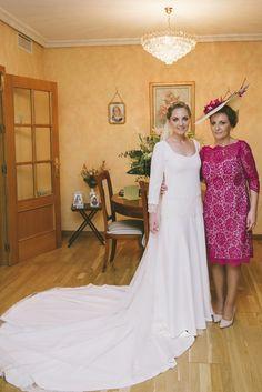 Patricia y su madre, guapísimas, vestidas de Beatriz Alvaro antes de salir hacia la Iglesia. Alta costura novias e invitadas