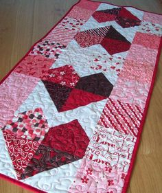 Valentine Table Runner Charming Hearts in Lamour by Pamelaquilts: