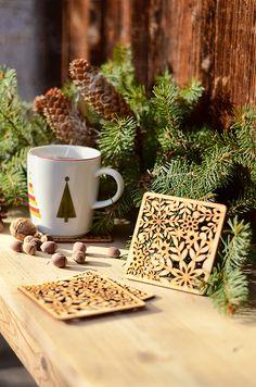 Kiedy chwytasz kubek z kawą lub herbatą  całymi dłońmi, wiedz, że coś się dzieje 🧤🧣 idzie zima 🥶☕ a żeby nie odbić kółka na stole, spraw sobie lub bliskiej osobie podstawkę pod kubek z serii '4 pory roku' w zimowej odsłonie ❄️ #winter #cold #snowing #winteriscoming #tea #coffee #zima #homedecor #wood #home #decor #grawnet Mugs, Tableware, Home Decor, Dinnerware, Decoration Home, Room Decor, Tumblers, Tablewares, Mug