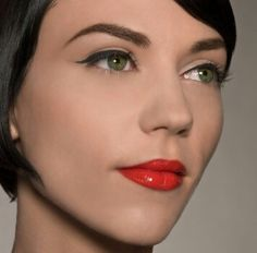 red lips with a red dress? Basic make-up with heavy eyeliner? Mad Men Makeup, Audrey Hepburn, Glam Look, Red Lip Makeup, Makeup Brush, Eyeliner Styles, Eyeliner Ideas, Eyeliner Tutorial, Look Thinner