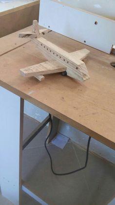 Avião com madeira de pinus