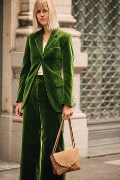 The best street style from Milan Fashion Week spring/summer 2019 - Vogue Australia // green velvet suit Street Style 2018, Milan Fashion Week Street Style, Milano Fashion Week, Street Style Trends, Summer Fashion Trends, Cool Street Fashion, Latest Fashion Trends, Fashion Spring, Fashion Outfits