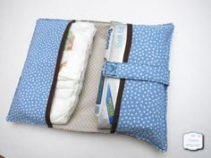 Funda pañales y toallitas Sewing To Sell, Sewing For Kids, Baby Sewing, Diy For Kids, Kit Bebe, Diaper Clutch, Diy Wallet, Diy Couture, Baby Needs