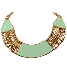 Deze ketting heeft een rosé gouden look met mint groene accenten. Hij heeft een metalen sluiting die op verschillende lengtes gesloten kan worden.