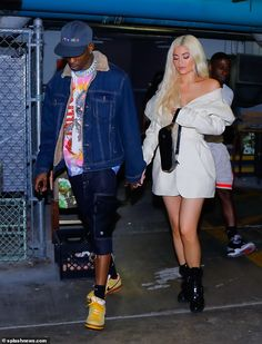 Kylie Jenner Spotted With a Diamond Ring On Her Wedding Finger. Kylie Jenner and Travis Scott stepped out over the weekend for dinner and the new mom fueled speculation that they might be officially engaged. Kendall Jenner Modeling, Look Kylie Jenner, Kendall Jenner Style, Kendall Jenner Outfits, Kris Jenner, Travis Scott Outfits, Travis Scott Kylie Jenner, Travis Scott Style, Travis Scott Fashion