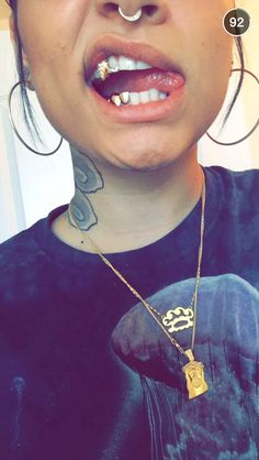 Fang Grillz, Girl Grillz, Gold Fangs, Gold Teeth, Mode Hippie, Hippie Chic, Girls With Grills, Gold Braces, Dental Jewelry