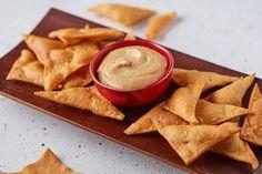 Ha szeretnétek egy kicsit extrább ropogtatnivalót, akkor ez a csicseriborsóchips kesuvajas mártogatóssal az! Próbáljátok ki! Chips, Ethnic Recipes, Food, Potato Chip, Meals, Yemek, Eten, Tortilla Chips