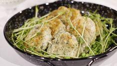 Fiskbiffar med en god basilikasås kan serveras med olika tillbehör t ex potatis, potatismos, bulgur eller ris. Skulle du få biffar över så är de även goda att äta kalla på knäckebröd. Biffarna är glutenfria om du använder ren havre. Fish And Seafood, Lchf, Meat, Chicken, Bulgur, Cubs