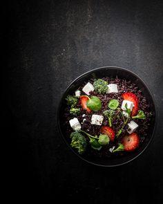 salaatti mustasta riisistä, musta riisi, mustaa ruokaa, ruokakuvaus, mitä tehdä mustasta riisistä, mansikka-vuohenjuustosalaatti, riisisalaatti