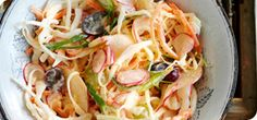 A store-bought creamy coleslaw comes in at a 42 Syns per 18 oz pot! By swapping rich mayo for yogurt, you get all the crunch and flavor for just 1 Syn per serving – delicious! Healthy Eating Recipes, Healthy Salads, Healthy Eats, Salad Recipes, Coleslaw Recipes, Creamy Coleslaw, Asian Noodles, Fresh Coriander, Slimming World Recipes