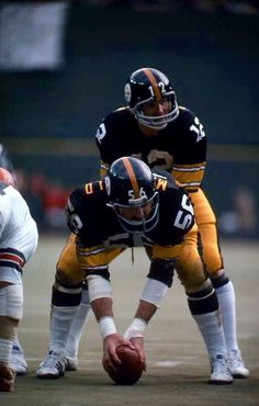 Terry Bradshaw and Ray Mansfield. Ray was a good center there replaced by Mike Webster who would prove to be the BEST CENTER who ever strapped on a helmet. But Football, Nfl Football Helmets, Nfl Football Players, Football Memes, Sport Football, School Football, Baseball, Go Steelers, Pittsburgh Steelers Football