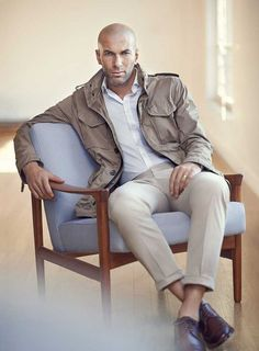 The former footballer Zinedine Zidane is the face of Mango Man for its new Spring Summer 2015 collection. Mode Masculine, Style Hommes Chauves, Bald Men Style, Bald Man, Zinedine Zidane, Mens Fashion Shoes, Men Looks, Stylish Men, Daily Fashion