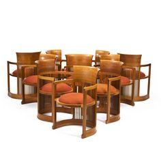 fauteuils modèle 1907 en merisier par Franck Lloyd Wright, edition Cassina, dossier à dossier recourbé et lattes, assise circulaire reposant sur un piètement en fer à cheval, signés et numérotés