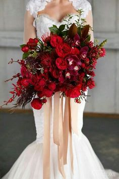 Allowed to our website, with this moment I'll explain to you with regards to Winter Wedding Flowers Red. 10 bouquets de mariée à tomber pour un mariage d'hiver page 2 sur rien n'est plus r. Red Bouquet Wedding, Red Wedding Flowers, Burgundy Wedding, Bride Bouquets, Autumn Wedding, Floral Wedding, Red Flowers, Red Roses, Wedding Black