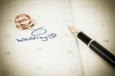 Μπορείτε να καλέσετε έναν φίλο σας χωρίς το/τη σύντροφο του; Notebook, Advice, Couples, Wedding, Valentines Day Weddings, Couple, Weddings, Marriage, Exercise Book