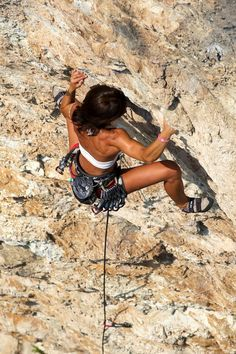 Don't Look Down! 32 Of The Hottest Gravity Defying Bouldering Babes Climbing Girl, Ice Climbing, Mountain Climbing, Climbing Holds, Parkour, Extreme Sports, Mountaineering, Climbers, Stay Fit