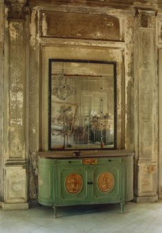 "Michael Eastman (Born ""Isabella's Mirror"", Havana"" - (""Faded Elegance: Photographs of Havana by Michael Eastman"" @ Tampa Museum of Art ~ Tampa, Florida, USA) Abandoned Buildings, Abandoned Places, Abandoned Castles, Haunted Places, Abandoned Mansions, Fachada Colonial, Distressed Walls, Distressed Furniture, Paris Apartments"