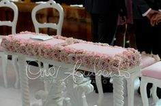 Sedute ed inginocchiatoio sposi dai toni delicati e dal profumo di rosa