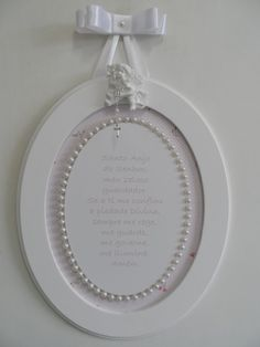 Quadro oval moldura de MDF pintada com tinta PVA látex, parte interna do quadro forrada com tecido de algodão, ao redor da oração colar de pérolas, para pendurar fita de cetim.  Anjo de gesso para decorar o quadro.