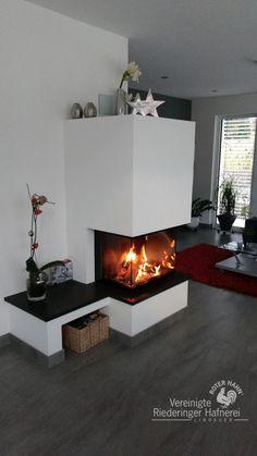 moderner Heizkamin mit gemauerter Sitzbank und Feuertisch Naturstein #moderner Heizkamin #Heizkamin #Kamin #Ofen #fireplace #Ofensetzer #Feuer #Holz #Ofenkunst #Riederinger Hafnerei