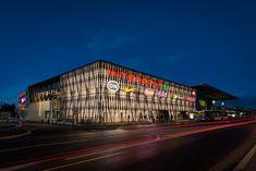 BILTON bringt die Fassade eines Einkaufzentrums 365 Tage im Jahr zum Leuchten und rundet die moderne Architektur des Gebäudes ab.
