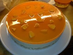 portakalli-bisküvi-pastasi şeker ve portakal suyu birlikte kaynatılır. (Dilerseniz portakal suyu yerine oralet yapabilirsiniz) Bu karışıma suda ezilmiş nişasta ilave edilir. Karıştırarak pişirmeye devam edilir. Limon suyu eklenir.