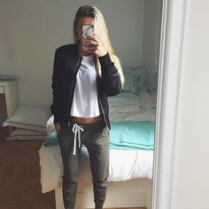 Aujourd'hui notre coup de coeur #lookdujour vient de @sandrinemmartin avec son p'tit look relax absolument parfait!  Tu veux toi aussi te retrouver en vedette sur l'accueil du site? Utilise le tag @lookdujour_ca avec le #lookdujour  #lookdujour #ldj #ootd #casual #fallfashion #cute #modemtl #style #pretty #outfitideas #cestbeau #inspiration #onaime #regram  @sandrinemmartin