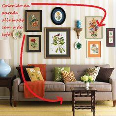 Capriche na decoração da parede que ficará atrás do seu sofá revestindo o espaço com um papel de parede de cor ou estampa suave, e preenchendo com uma composição de quadros.