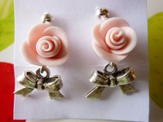 Orecchini con fiocco e rosa rosa in fimo fatte a mano - Pink roses earrings in fimo polymer clay handmade with ribbons
