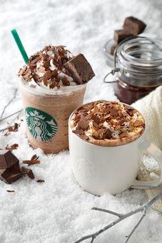 Chocolate Crumble Hot and Cold from Starbucks Cute Desserts, Delicious Desserts, Dessert Recipes, Yummy Food, Starbucks Secret Menu Drinks, Starbucks Recipes, Starbucks Wallpaper, Bebidas Do Starbucks, Kreative Desserts