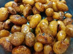 Γινονται λουκουμι και τρωγονται ετσι!  Συνοδευονται με μπιφτεκια ,με ψαρια με κρεας και με οτι αγαπαει η ορεξη σας!    Υλικα  2,5 κιλα πατατες μικρες ολοκληρες  ελαιολαδο  αλατι  1 ποτηρι φυσικο χυμο πορτοκαλιου  θυμαρι  και λιγο ψιλοκομμενο σκορδο προεραιτικα  ΕΚΤΕΛΕΣΗ  Πλενουμε καλα μια μια τις πατατουλες Fun Cooking, Cooking Recipes, Healthy Recipes, Good Food, Yummy Food, Western Food, Food Decoration, Greek Recipes, Creative Food