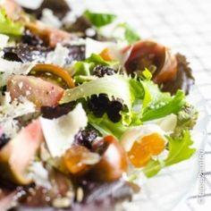 Ensalada de frutas secas y virutas de parmesano