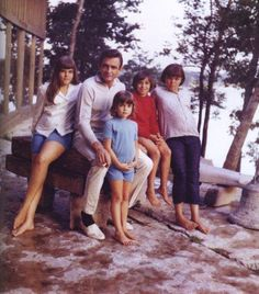 Johnny Cash relaxes with his four daughters: Rosanne Cash, Kathy, Cindy and Tara Johnny Cash Kids, Johnny Cash Daughter, Johnny Und June, Johnny Cash June Carter, Here's Johnny, Country Musicians, Country Music Singers, John Cash, Musica Country
