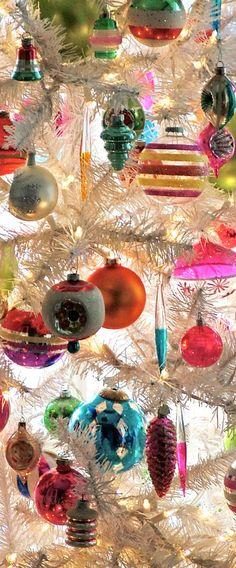 Vintage Ornaments on White Christmas Tree – Unique Christmas Decorations DIY Christmas Past, Merry Little Christmas, Christmas Images, Winter Christmas, Christmas Bulbs, Christmas Island, Blue Christmas, Christmas Meaning, Retro Christmas Tree