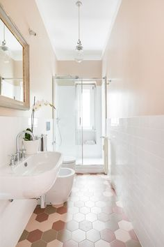 Apartment im Balduina, Rom: Badezimmer im Stil von Francesca Pierucci Architet . Minimalist Bathroom Design, Bathroom Design Small, Modern Bathroom, Rustic Bathtubs, Casa Milano, Best Bedroom Colors, Diy Bathtub, Window In Shower, My Ideal Home