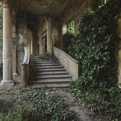 Chiese, case, antiche ville, stabilimenti termali, sedi di partito, vecchi edifici. La fotografa londinese Rebecca Bathory, 34 anni, ha viaggiato in tutta Europa alla ricerca di luoghi abbandonati e spesso in rovina per immortalarli  (e restituirceli) nei suoi scatti. «Ho iniziato a esplorare e fotografare edifici in rovina dal 2004  - spiega la reporter - C'è una  bellezza a volte indicibile in questi posti dimenticati. Gli oggetti lasciati lì,  che potrebbero presto scomparire, raccontano…