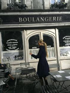 Chanel's nostalgic set of Paris in the happy old days (Foto: SuzyMenkesVogue)