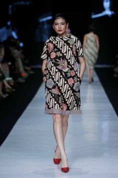 edward hutabarat collection at JFW 2016 Batik Blazer, Blouse Batik, Batik Dress, Blouse Dress, I Dress, Gala Dresses, Nice Dresses, Floral Dresses, Mode Batik
