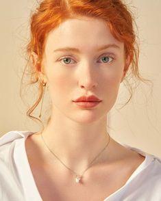 Look at this extraordinary Pre-Raphaelite beauty. So elegant.