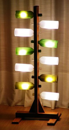 Lámpara con diez botellas recicladas y madera de palet- Lamp with ten upcycled bottles and reclaimed palet wood
