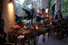 There are many ways to decorate your house during Halloween have a creepy atmosphere. Here we have a collection of 36 spooky Halloween decoration ideas together for you. Fröhliches Halloween, Spooky Halloween Decorations, Halloween Queen, Halloween Dinner, Holidays Halloween, Classy Halloween, Halloween Signs, Victorian Halloween, Halloween Masquerade
