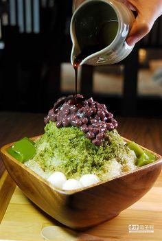 初心菓寮〉的〈宇治金時〉是抹茶剉冰搭配抹茶寒天、白玉(小湯圓),品嚐時可以淋上黑糖蜜。