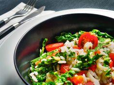 Kápiás rizssaláta koktélparadicsommal. Van úgy, hogy az ember nem akar a konyha gőzében túl sok időt tölteni, de mégis enne valami finomat a nap végén. Egy kicsit rizottó, egy kicsit saláta, egy kicsit hideg étel, egy kicsit meleg étel. HOzzávalók és recept: http://kertkonyha.blog.hu/2014/07/22/kapias_rizssalata_koktelparadicsommal