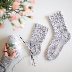 Kuiskaus – Pintaneulevillasukat - Kaupunkilanka Crochet Socks, Diy Crochet, Knitting Socks, Knitting Charts, Knitting Patterns, Baby Booties Knitting Pattern, Knitted Afghans, Afghan Patterns, Wool Socks