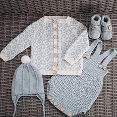"""794 curtidas, 46 comentários - Grethe Almås (@__perlemor__) no Instagram: """"Ett nydelig mønster til ett #babysett  #tobiaskofte #kjekkasromper #oliverlue fra #klompelompe…"""""""